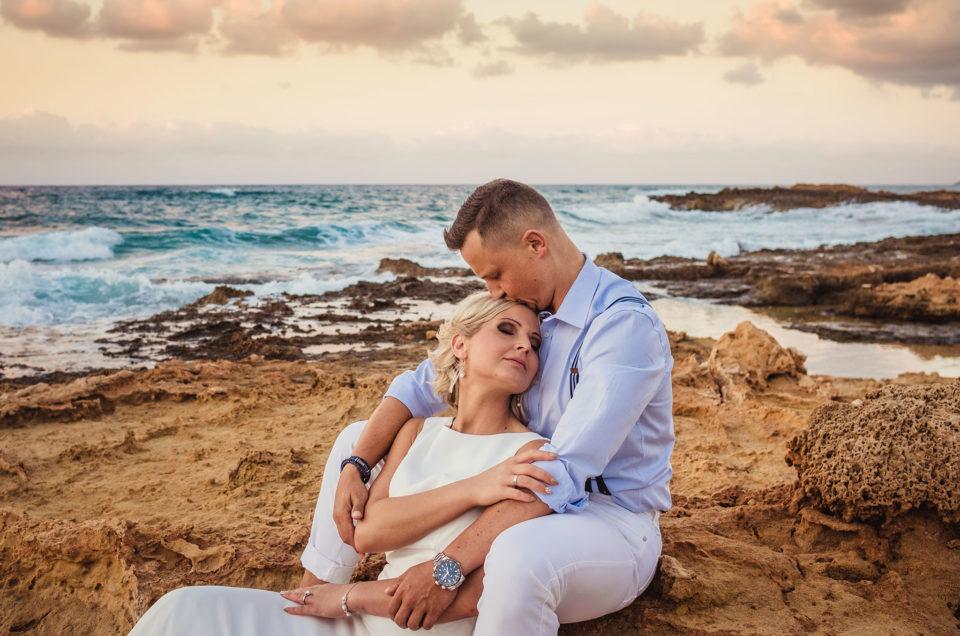 Ślub na plaży w blasku zachodzącego słońca