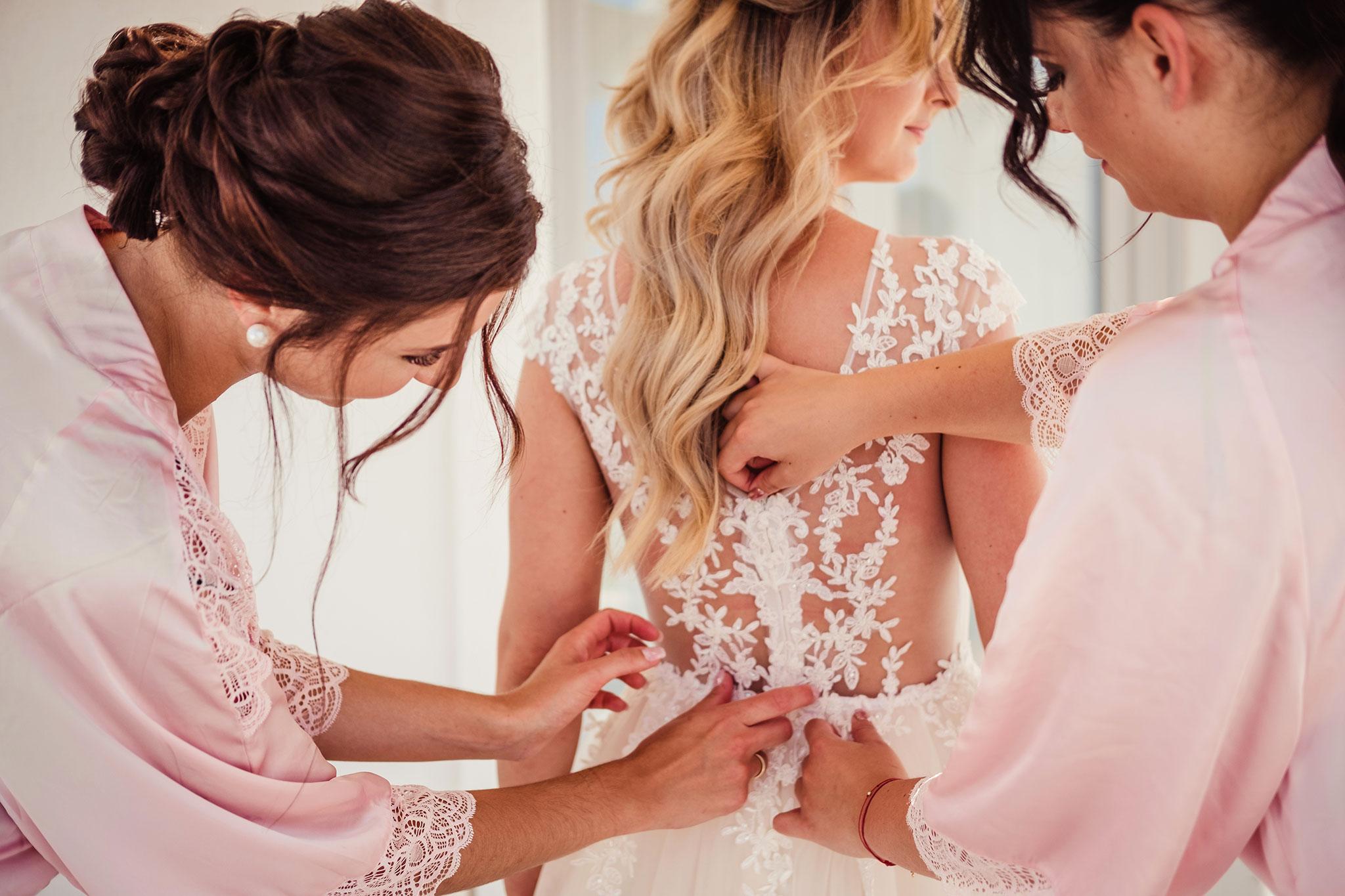 ubieranie suknie slubnej